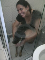 A Aysha virou o xodó da Pri, Olha la dando um banho na filhota!