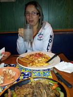 Olha o tamanho do pratinho dela no Chillis em Lima - Peru