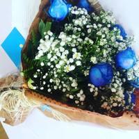 A noiva completou dois anos de Pedro recebendo flores com a cor do casal.