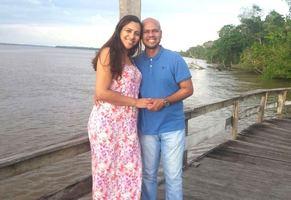 O casal na Ilha do Cumbu, no restaurante Saldosa Maloca - 27/05/17