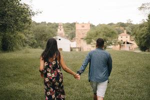 Casamento é uma caminhada a dois, sabendo que não será tudo flores e nem tudo espinhos, sabendo que os dois momentos serão inevitáveis e essências para o nosso crescimento como pessoa e como casal. O mais importante é sempre lembrar o que nós fez chegar a este grande dia e levar a vida como se cada dia fosse o ultimo.