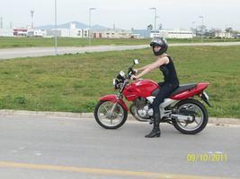 Porque ela fica bem linda em uma moto!