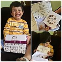 Entregamos ao nosso pajenzinho sapeca, José Neto. O pequeno recebeu com muita alegria o convite dos dindos.